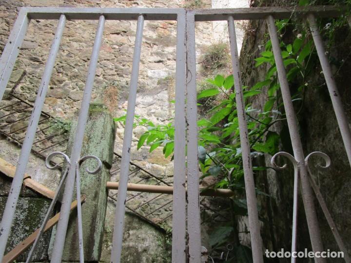 Antigüedades: PUERTA DE LOS AÑOS EN HIERRO Y FORJA MECANICA - 2 HOJAS 231X118CM ABISAGRADAS, AÑOS 80 + INFO - Foto 5 - 277198723