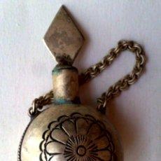 Antigüedades: ANTIGUO PERFUMERO DE METAL REPUJADO,CON SU CADENITA.. Lote 277244233