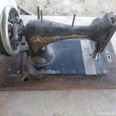 Antigüedades: MAQUINA COSER ANTIGUA CON CATÁLOGO Y TICKET DE COMPRA ORIGINAL. Lote 277521873