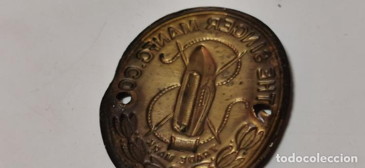 Antigüedades: CHAPA METALICA DE PUBLICIDAD DE MAQUINAS DE COSER THE SINGER MANFC.CO., MIDE 4,1 CMS. - Foto 6 - 277581088