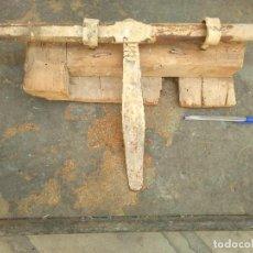 Antigüedades: ANTIGUO ENORME CERROJO DE HIERRO FORJADO 50 CM DE LONGITUD.ANTIC GRAN FORRELLAT. Lote 277602198