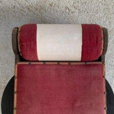 Antigüedades: BOLILLERA UTIL ENCAJE BOLILLOS BOJ MADERA ANTIGUA TELA S XIX 25X28X29CMS. Lote 277629028