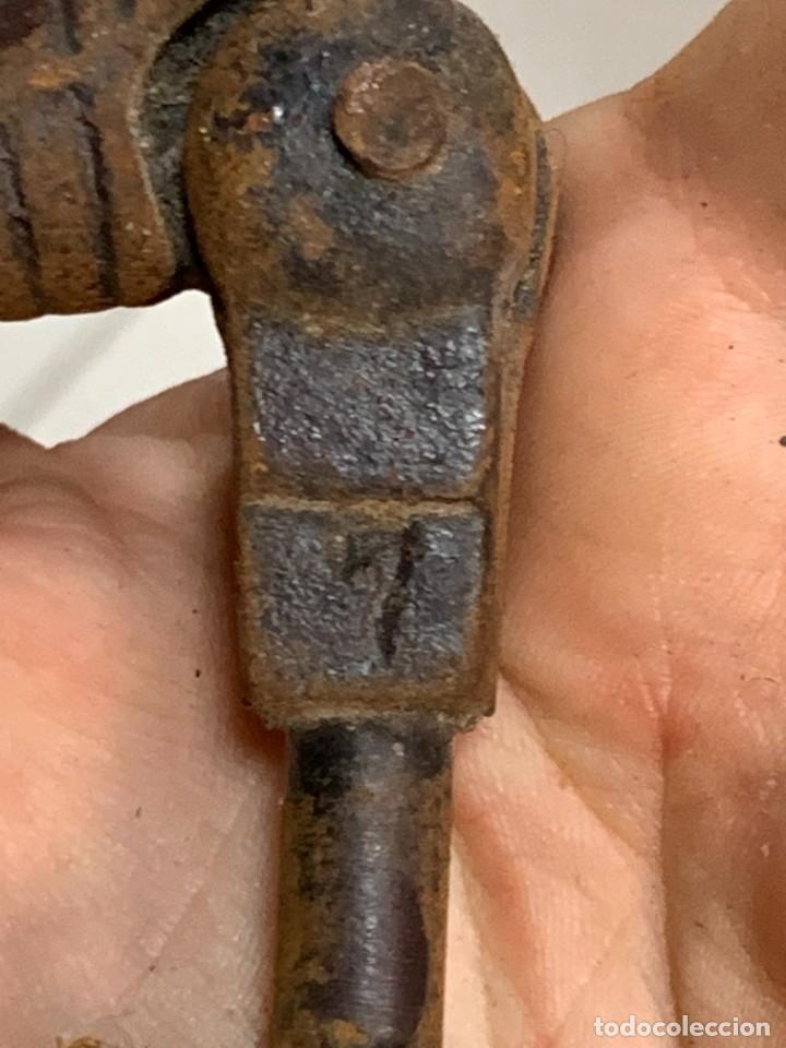 Antigüedades: LLAMADOR PUERTA HIERRO COLADO PEQUEÑA MANO BOLA S XIX 11X7CMS - Foto 5 - 277633808