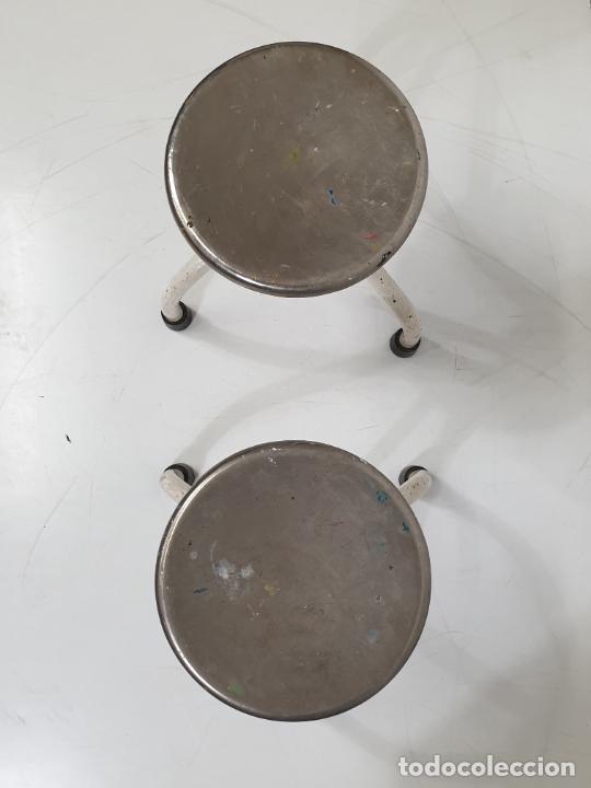 Antigüedades: Pareja de Taburetes Metálicos - Banquetas Regulables - de Consulta Medica - Medico, Farmacéutico - Foto 3 - 277680273