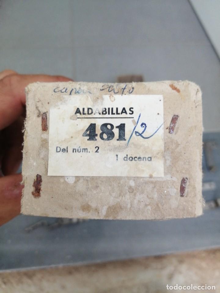 Antigüedades: Caja con 12 Aldabillas cerrojo pestillos de hierro para puertas ventanas muebles cerrajería - Foto 9 - 277727778