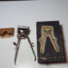 Antigüedades: MAQUINA DE CORTAR EL PELO DE LA MARCA GURELAN, CON SU CAJA ORIGINAL, BIEN CONSERVADA, LA FOTOGRAFIAD. Lote 277759263