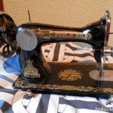 Antigüedades: ANTIGUA MÁQUINA DE COSER SINGER HACIA 1910 DECORACIÓN LUJO DORADOS IMÁGENES EGIPTO ANTIGUO. Lote 278212813