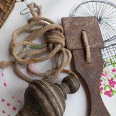 Antigüedades: BONITA Y ANTIGUA PLOMADA EN BRONCE CON SU CUERDA Y DOS HIERROS. Lote 278450378