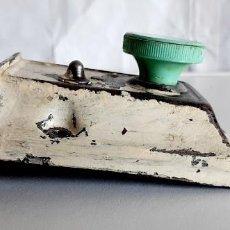 Antigüedades: CERRADURA DE PESTILLO DE PUERTA DE GABINETE VINTAGE. Lote 278479203