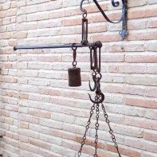 Antigüedades: GRAN ROMANA ANTIGUA ESPAÑOLA DE PLATO CON TRES GANCHOS, EN HIERRO FORJADO.. Lote 278706118