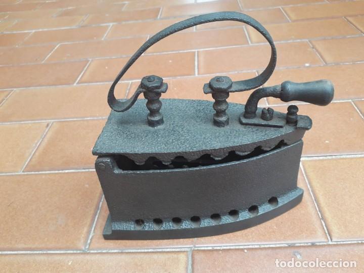PRECIOSA Y ANTIGUA PLANCHA DE CARBÓN EN MUY BUENAS CONDICIONES!!! (Antigüedades - Técnicas - Planchas Antiguas - Carbón)