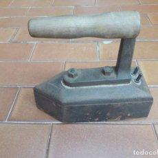 Antigüedades: ANTIGUA PLANCHA DE HIERRO MACIZO MUY BUENAS CONDICIONES!!!. Lote 279421118