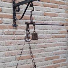 Antigüedades: ROMANA ESPAÑOLA ANTIGUA DE PLATO EN HIERRO FORJADO CON TRES GANCHOS.. Lote 280422328