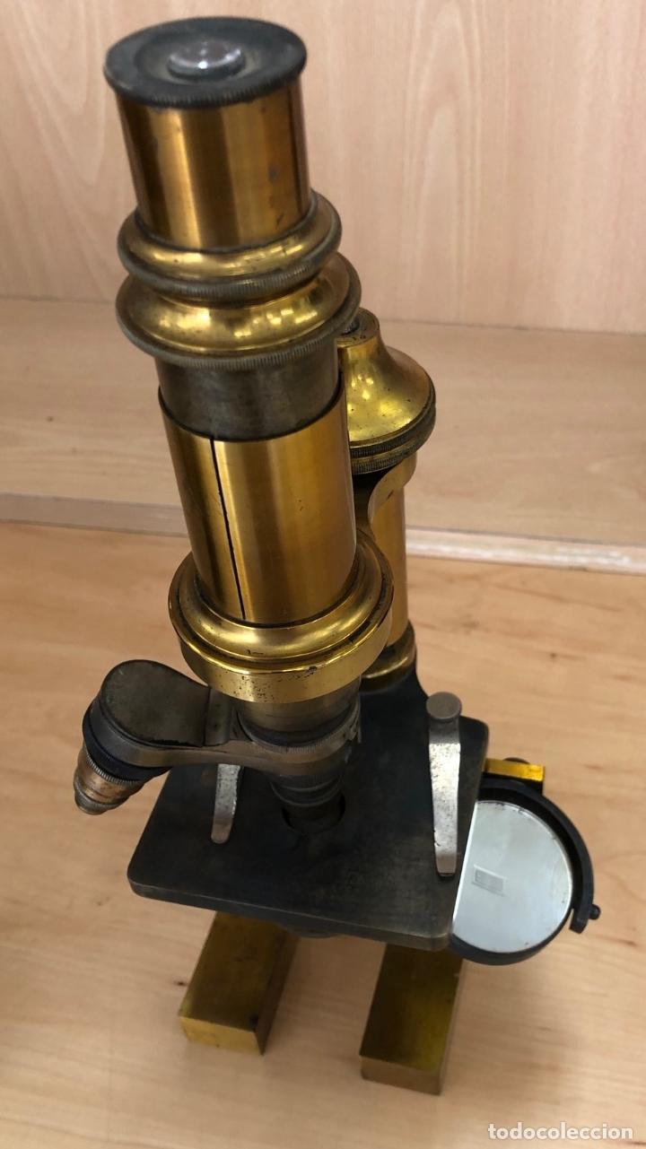 ANTIGUO MICROSCOPIO EN LATON. SIGLO XIX. EN CAJA ORIGINAL Y ACCESORIOS. ¿HACHET? (Antigüedades - Técnicas - Instrumentos Ópticos - Microscopios Antiguos)