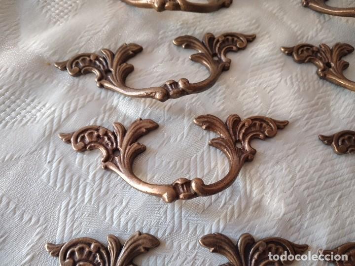 Antigüedades: Lote de 8 tiradores de bronce, muy decorativos y funcionales. - Foto 5 - 280730798