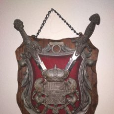 Antigüedades: ANTIGUO ESCUDO DE MADERA Y METAL DE TOLEDO CON ESPADAS. Lote 281937688
