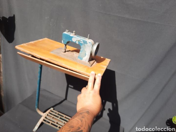 Antigüedades: Pequeña máquina de coser con pie de juguete - Foto 2 - 282173023