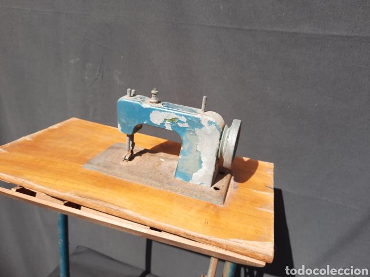 Antigüedades: Pequeña máquina de coser con pie de juguete - Foto 3 - 282173023