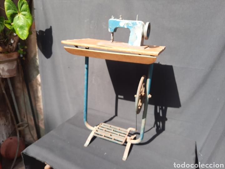 Antigüedades: Pequeña máquina de coser con pie de juguete - Foto 4 - 282173023