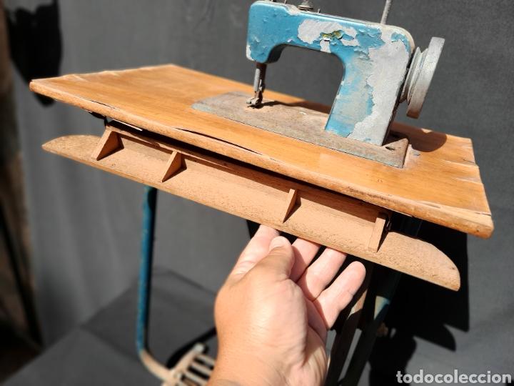 Antigüedades: Pequeña máquina de coser con pie de juguete - Foto 5 - 282173023