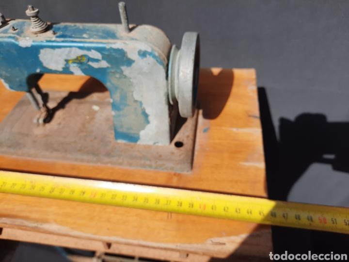 Antigüedades: Pequeña máquina de coser con pie de juguete - Foto 7 - 282173023