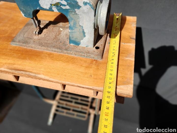 Antigüedades: Pequeña máquina de coser con pie de juguete - Foto 8 - 282173023
