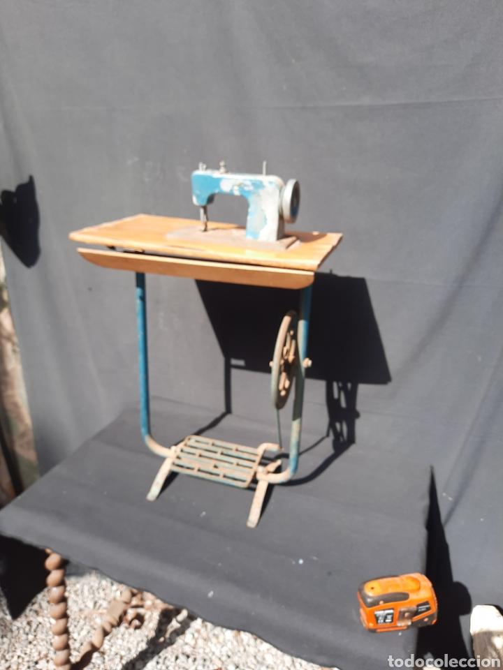 PEQUEÑA MÁQUINA DE COSER CON PIE DE JUGUETE (Antigüedades - Técnicas - Máquinas de Coser Antiguas - Otras)
