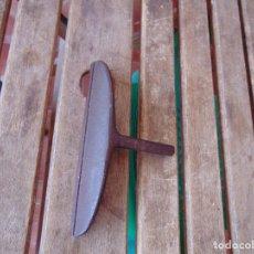 Antigüedades: PIEZA EN HIERRO PARA LIMPIAR PIELES O SIMILAR , GUARNICIONERIA GUARNICIONERO. Lote 282501283