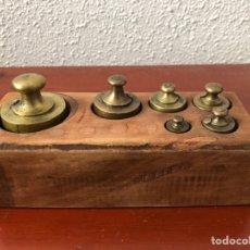 Antigüedades: ANTIGUO JUEGO DE 6 PESAS CON TACO DE MADERA. Lote 282909863