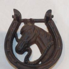 Antigüedades: IMPRESIONANTE LLAMADOR ANTIGUO DE HIERRO FUNDIDO CABALLO CON HERRADURA. Lote 283820853