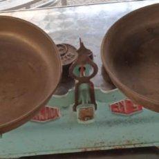 Antigüedades: BALANZA VULCANO DE 5 KILOS, COMPLETA Y CON 5 PESAS. MEDIADOS DEL XX. Lote 284642803
