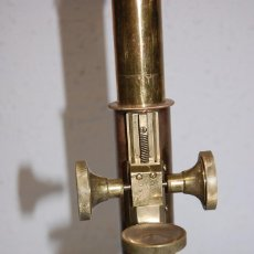 Antigüedades: MICROSCOPIO LATON CON INSCRIPCION EN OPTICA. Lote 284646958