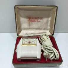 Antigüedades: MAQUINILLA ELÉCTRICA REMINGTON DELUXE ROLLAMATIC EN EMBALAJE ORIGINAL. Lote 284673843