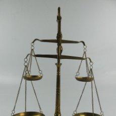 Oggetti Antichi: BALANZA DE PRECISION DE JOYERO O FARMACIA EN BRONCE O LATON DOBLE CON 4 PLATILLOS Y PESAS. Lote 284695993