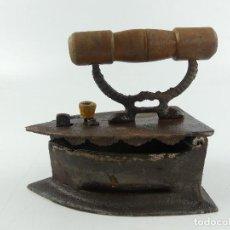 Antigüedades: ANTIGUA PLANCHA DE CARBÓN HIERRO FORJADO OBJETO SOLO DE DECORACION. Lote 284697743
