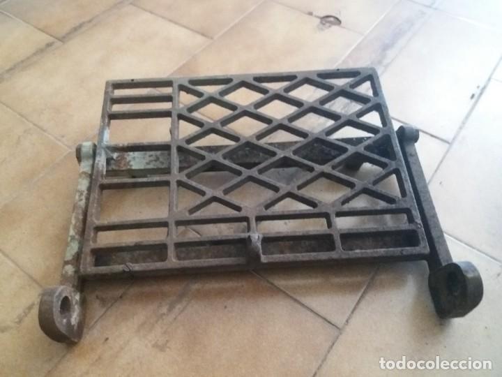 Antigüedades: Antiguo pie, pedal de máquina de coser. De fundición. Marca Refrey. Vigo. Dificil. - Foto 2 - 284725663