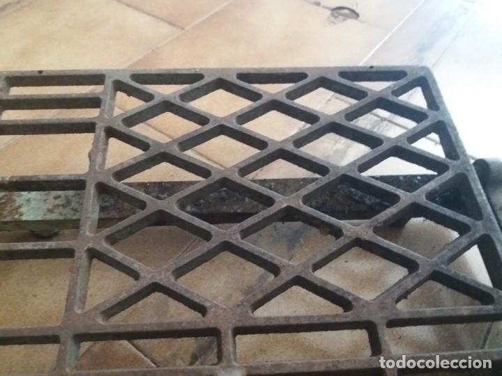 Antigüedades: Antiguo pie, pedal de máquina de coser. De fundición. Marca Refrey. Vigo. Dificil. - Foto 3 - 284725663