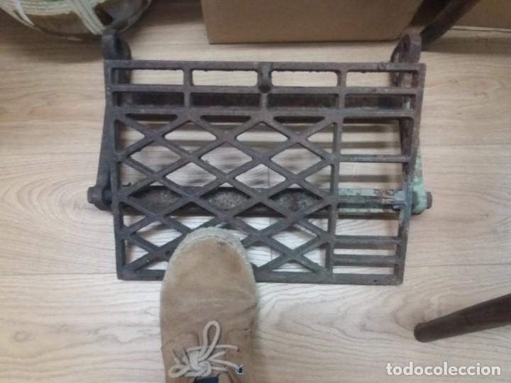 Antigüedades: Antiguo pie, pedal de máquina de coser. De fundición. Marca Refrey. Vigo. Dificil. - Foto 7 - 284725663