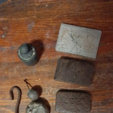 Antigüedades: LOTE DE VARIAS PIEZAS Y CONTRAPESOS PARA BÁSCULAS PEQUEÑAS DIDERENTES ÉPOCAS Y MODELOS. Lote 285377368
