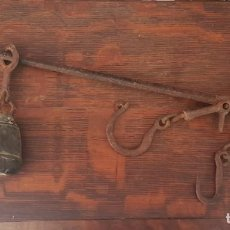 Antiquités: MUY ANTIGUA ROMANA 3 GANCHOS HIERRO PESO BALANZA. Lote 285390698