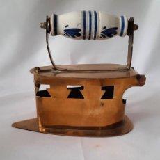 Antigüedades: ANTIGUA PLANCHA DE LATÓN PARA CARBÓN. MANGO DE CERÁMICA. HOLANDA.. Lote 285455263