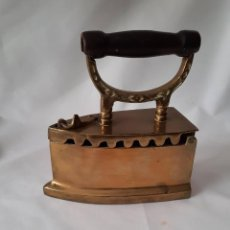 Antigüedades: ANTIGUA Y PESADA PLANCHA DE LATÓN OSCURO PARA CARBÓN. MANGO DE MADERA. HOLANDA.. Lote 285455988