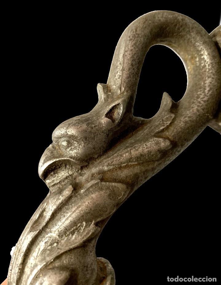 Antigüedades: Llamador, aldaba gótica de hierro forjado. Siglo XV. Restaurada. Grifo, dragón, gárgola. 18x10x7 - Foto 3 - 285637783