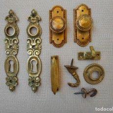 Antigüedades: LOTE DE TIRADORES Y EMBELLECEDORES DE BRONCE. Lote 285654838