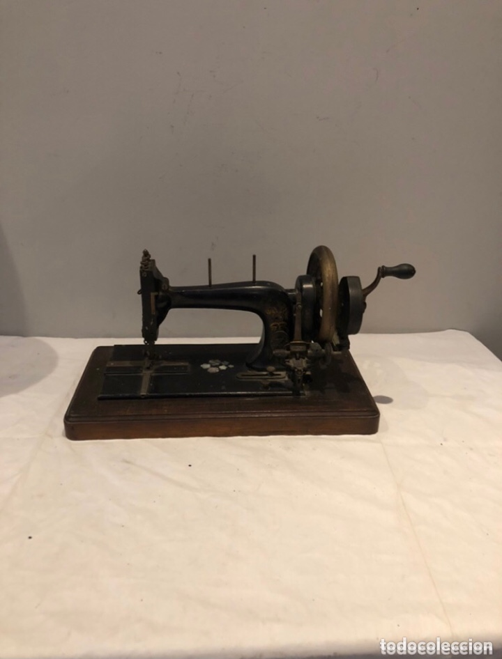 ANTIGUA MÁQUINA DE COSER MANUAL FABRIK MARKE DECORADA CON NÁCAR. VER FOTOS (Antigüedades - Técnicas - Máquinas de Coser Antiguas - Otras)