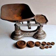 Antigüedades: BASCULA O BALANZA CON PESOS - 32.CM LARGO X 20.CM ALTO APROX. Lote 286174118