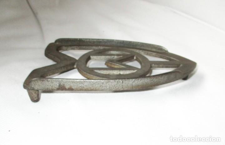 Antigüedades: ANTIGUO SOPORTE POSA-PLANCHAS O TRESPIÉS. MIDE 15 X 10 CMS. - Foto 3 - 286531098