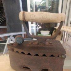 Antigüedades: ANTIGUA PLANCHA DE CARBÓN FABRICADA EN RUMANIA. Lote 286671283