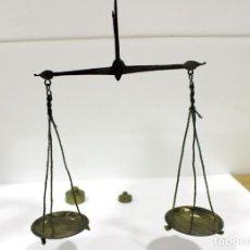 Antigüedades: BALANZA PEQUEÑA DE HIERRO Y BRONCE CON 2 PESAS EN ONZAS. MUY ANTIGUA. PLATOS DE BRONCE.. Lote 286776573