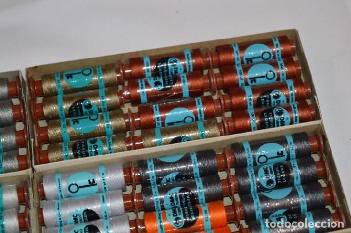 Antigüedades: 80 BOBINAS de HILO antiguas, sin uso / Muchos COLORES - DMC / DOLLFUS MIEG & CIE Paris -- Lote 01 - Foto 9 - 286870878
